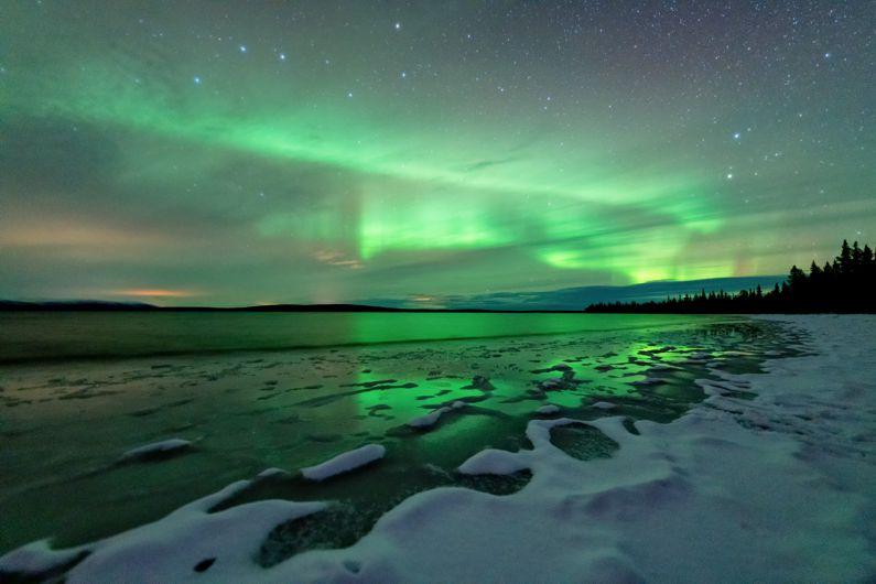 Northern Lights aurora borealis Finland, Suomi. Jäätynyt järvi. Frozen lake.