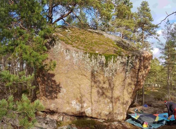 Hanikan siirtolohkare or Hanikka glacial erratic is one of the largest in Espoo.