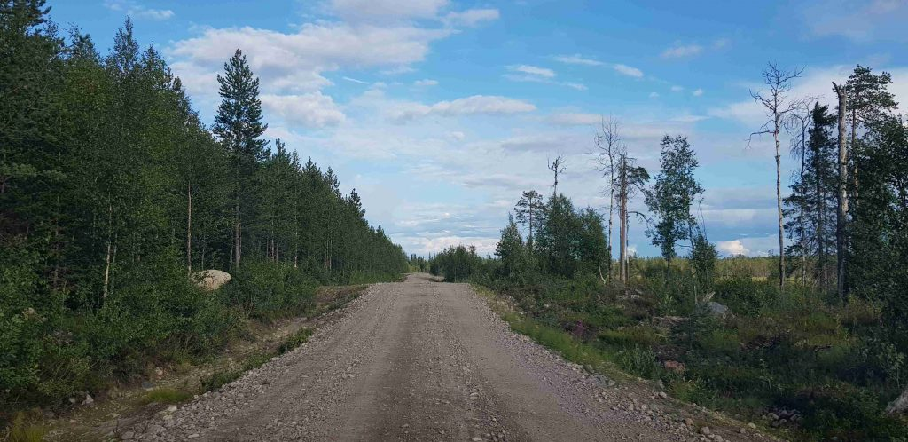 Gravel road to Pähkänänkallio is difficult to ride.
