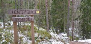 Sorlammen hiidenkirnut kyltti. Sign to Sorlammi giant's kettles