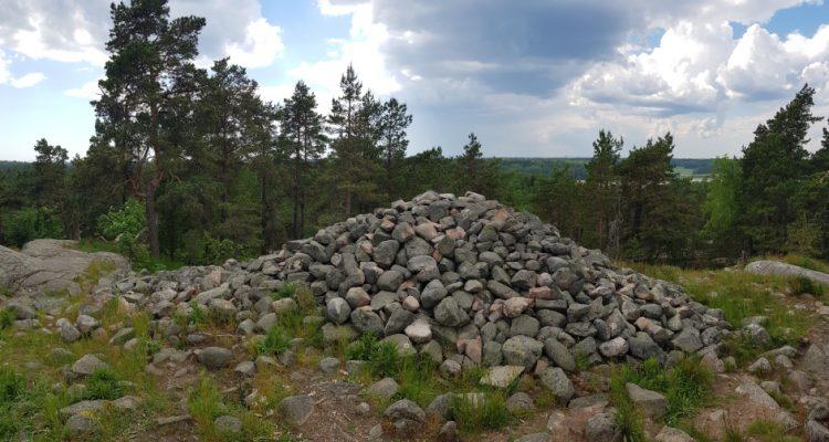 Kasakallio heap tomb giant's stove. Kasakallion röykkiöhauta hiidenkiuas
